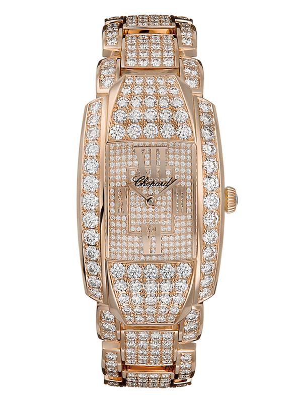 Циферблат полностью инкрустирован бриллиантами с большими римскими золотыми цифрами 12, 3, 6 и 9.
